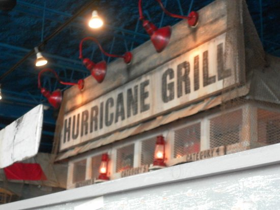 Hurricane Grill & Wings: Painel interno do restaurante.