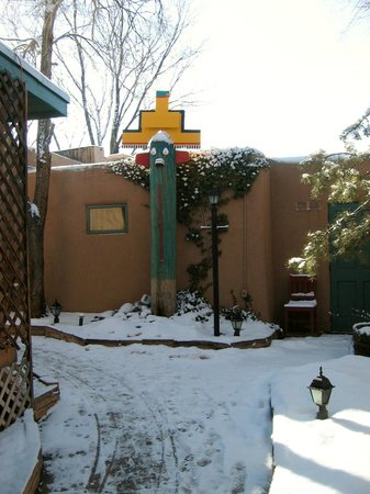Las Palomas Inn Santa Fe: Southwest themed artwork decorates the property