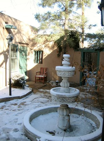 Las Palomas Inn Santa Fe: fountain outside our casita