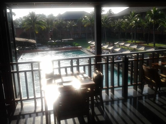 Hansar Samui Resort: early morning sun, pool, breakfast area