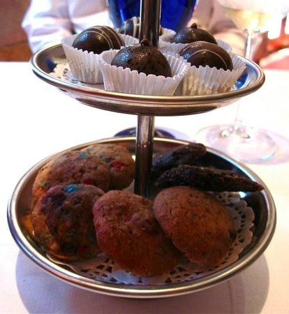 La Locanda Swissôtel Lima: Truffles and cookies with tea and coffee