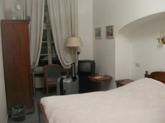 Hotel Goldener Hecht: Mobiliario de la habitacion