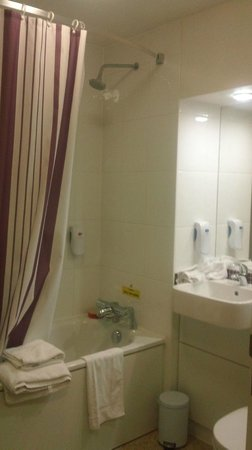 Premier Inn London Greenwich Hotel: shower/bathroom