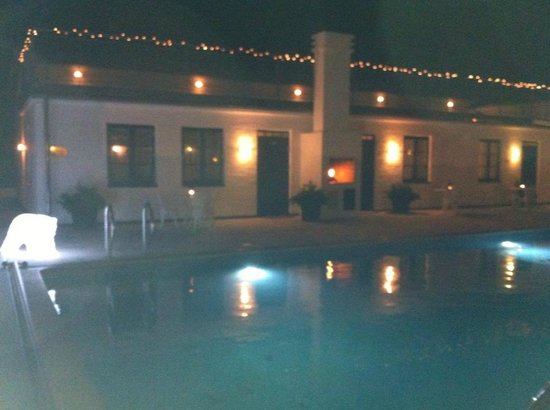 Hotell Gasslingen: Night wiew of the room and pool