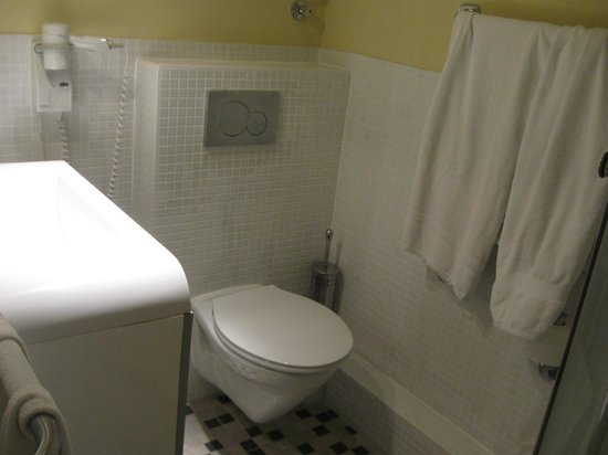 Hotel Tourist Frankfurt: Baño