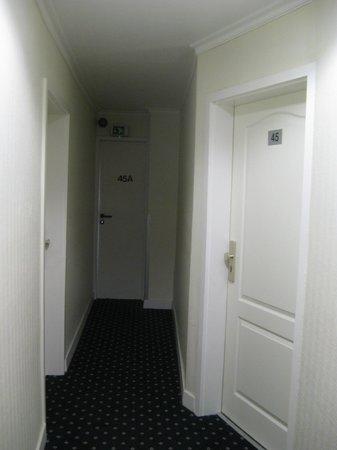Hotel Tourist Frankfurt: Pasillo del hotel