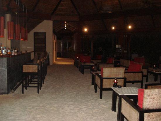 Mirihi Island Resort: The bar with its sand floor.