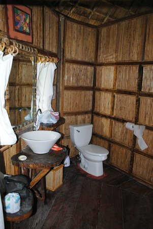 Yandup Island Lodge: Bathroom - showers not always warm, but not cold either
