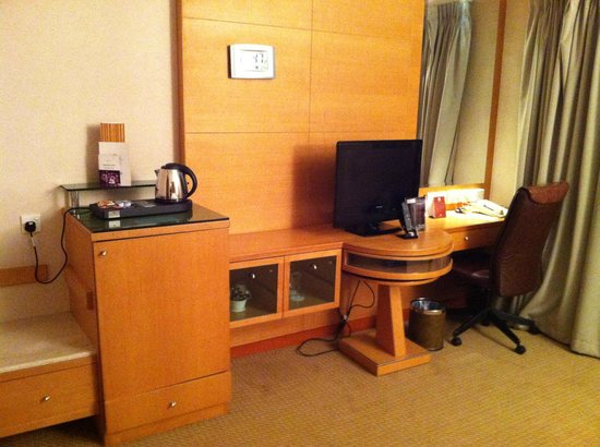 Millennium Gloucester Hotel London Kensington: Desk tv minibar area