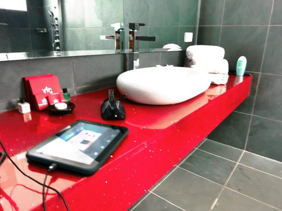 Shana Hotel & Spa: Modern and clean bathroom