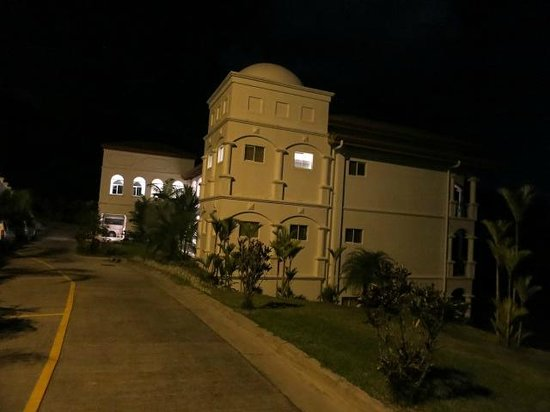 Shana Hotel & Spa: Hotel at night