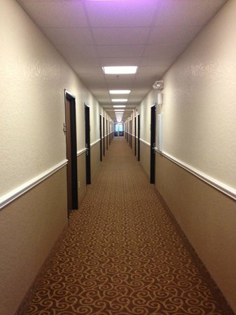 Atria Hotel & RV McGregor: 2nd floor hallway