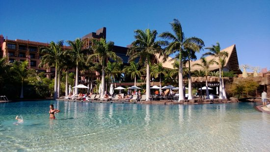Lopesan Baobab Resort: One of the larger pools