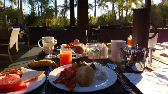 Lopesan Baobab Resort: Breakfast outside in January!