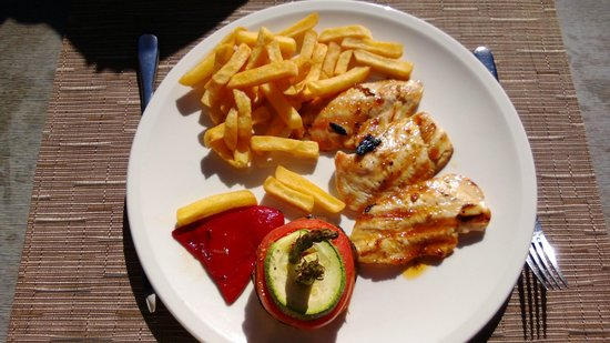 Lopesan Baobab Resort: Lunch at Pili-Pili outdoors - chicken fillet with fries