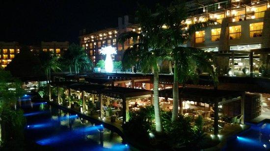 Lopesan Baobab Resort: Main restaurant terrace at night