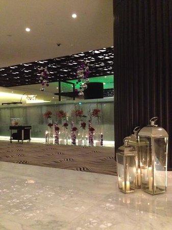 Sofitel Abu Dhabi Corniche: hall entrata al restaurant