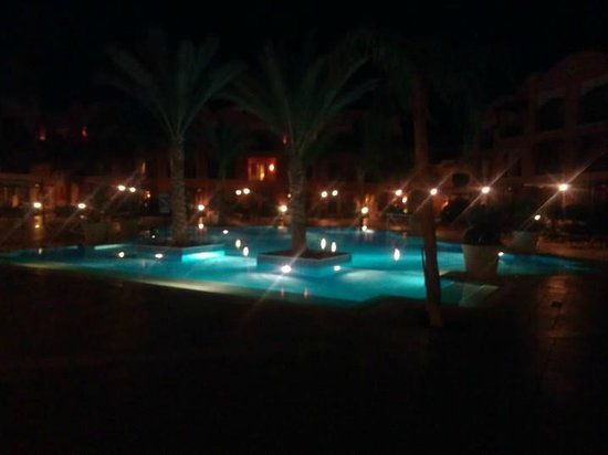 ‪جاز دار المدينة: Pool looking gorgeous at night
