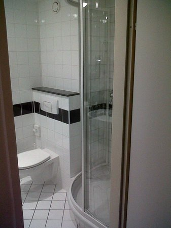 IntercityHotel Wien: Bathroom