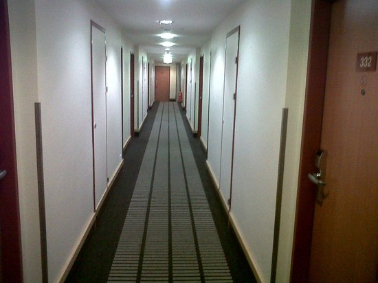 IntercityHotel Vienna: Hallway in front of room