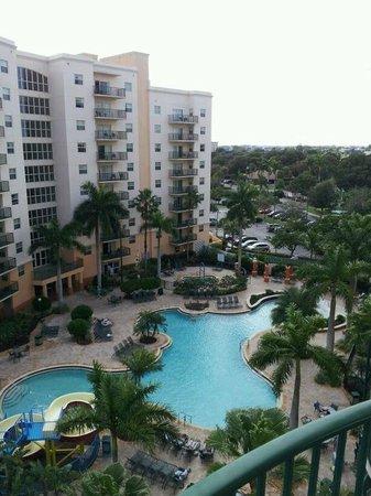 Wyndham Palm-Aire: Vista de la piscina desde nuestro balcón.