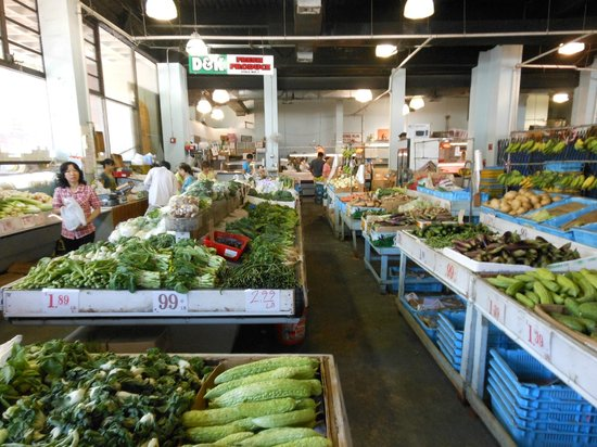 Inside produce market picture of chinatown honolulu for Fishing stores oahu