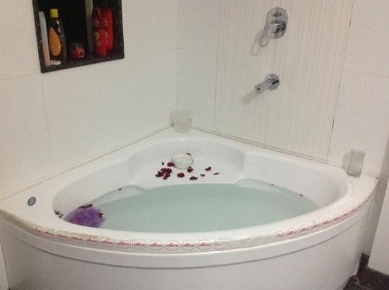 Hotel Gulnar: Bathroom full size soaking tub.