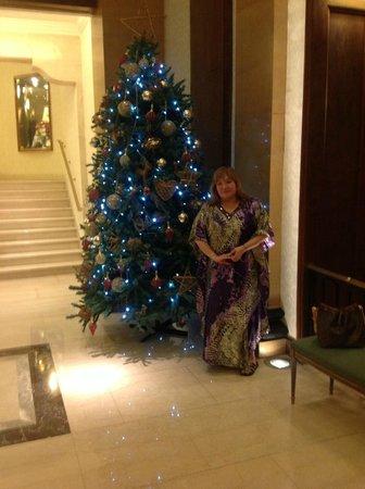 Claridge Hotel: El bello árbol de Navidad del hall central