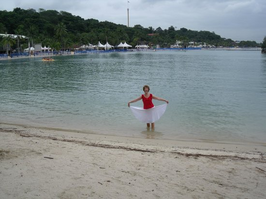acting like a fairy in the sentosa lagoon - Picture of Shangri-La's