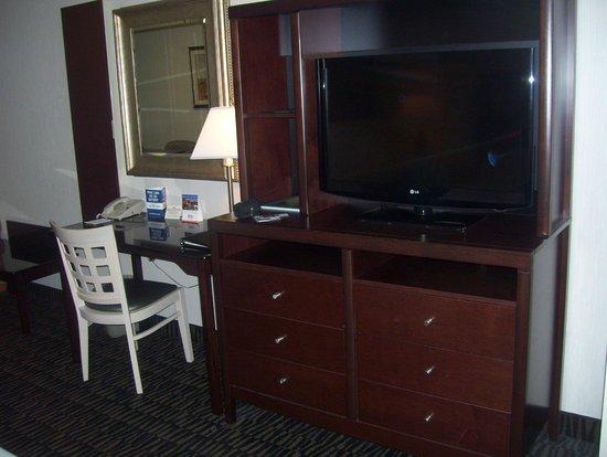 Shilo Inn Suites Hotel - Portland Airport: Bedroom area TV