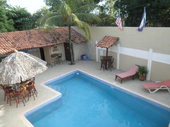Casa Larocque beach villa: Vu sur la piscine et resto-bar 