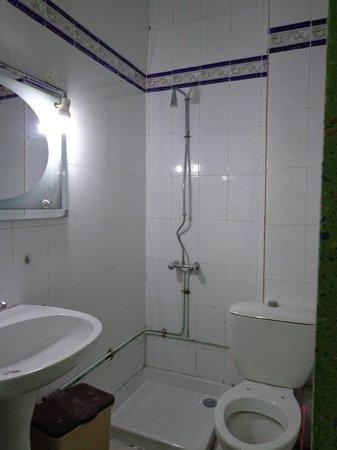 Hotel Sofiane : la petite salle de bain