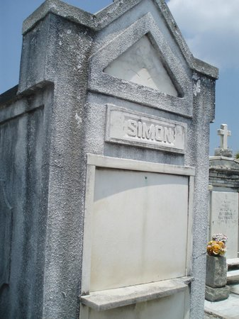St. Louis Cemetery No. 1: An old tomb