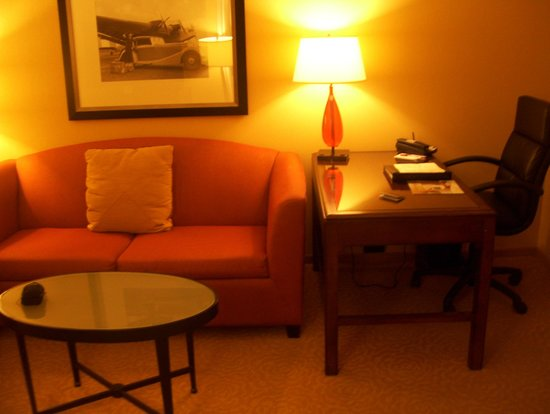 Washington Dulles Marriott Suites: living room