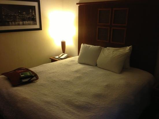 Hampton Inn Manhattan-SoHo: bed with laptop work tray