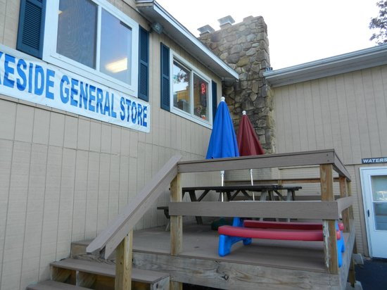 Lakeside Restaurant & General Store: Tables on the deck with a view