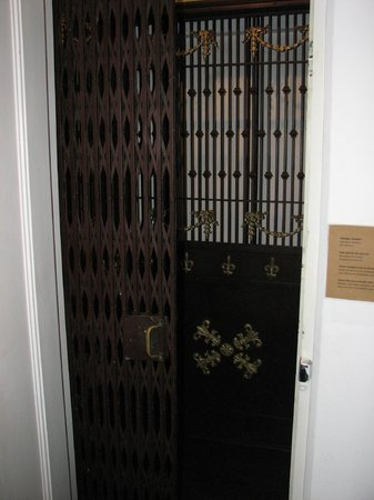 Casa Amarelo by Robert le Heros: House elevator.
