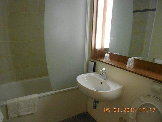 Campanile Voisins Le Bretonneux : salle de bains
