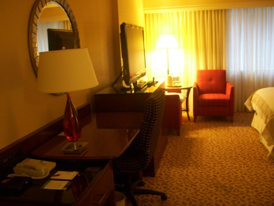 Toronto Marriott Bloor Yorkville Hotel: TV and workstation