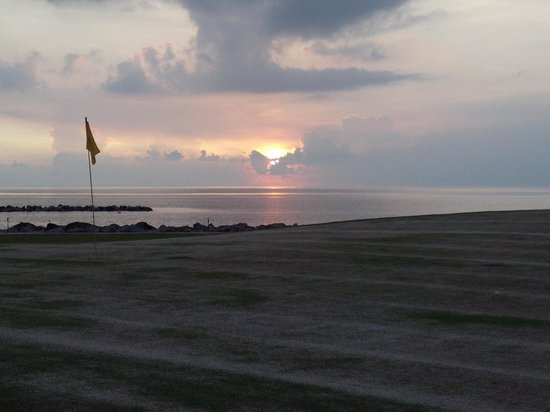 Four Seasons Golf Course : Sunset view from the 18th greem
