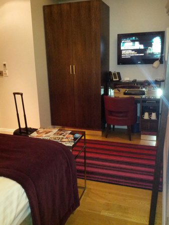 Hotel Indigo London-Paddington: desk, tea facilities, wireless internet