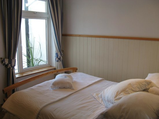 The White Cottages: Double bed..(note how close to the walls it is)