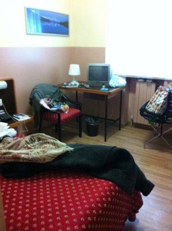Hotel Ornato - Gruppo Mini Hotel: cameretta, da notare il piccolo calorifero (il disordine è mio)