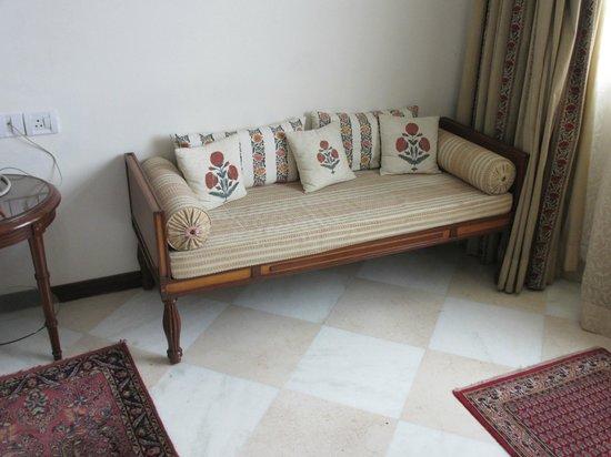 The Gateway Hotel, Agra: sofa in room