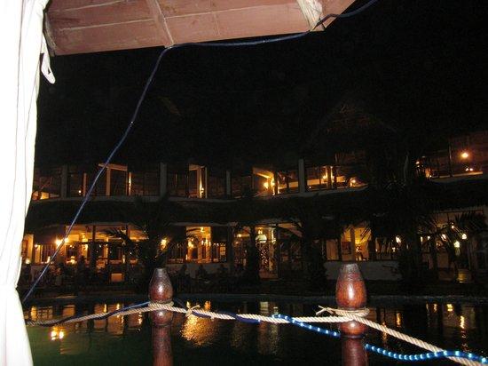 Jacaranda Beach Resort: panoramica notturna del ristorante