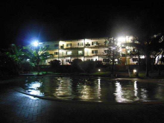 รีสอร์ทยูโรงบีช: pool area by night