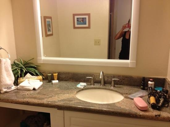 Kamaole Sands: smaller bathroom