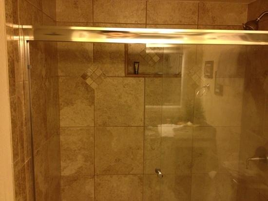 Kamaole Sands: Shower in full bathroom