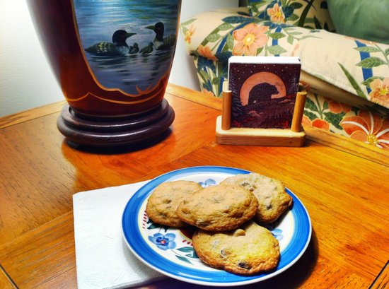 Jacquish Hollow Angler & Anglers' Inn: Fresh chocolate chip cookies waiting for me in the suite when I returned from the water.