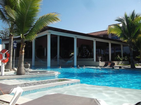 The Tropical at Lifestyle Holidays Vacation Resort: pool and restaurant